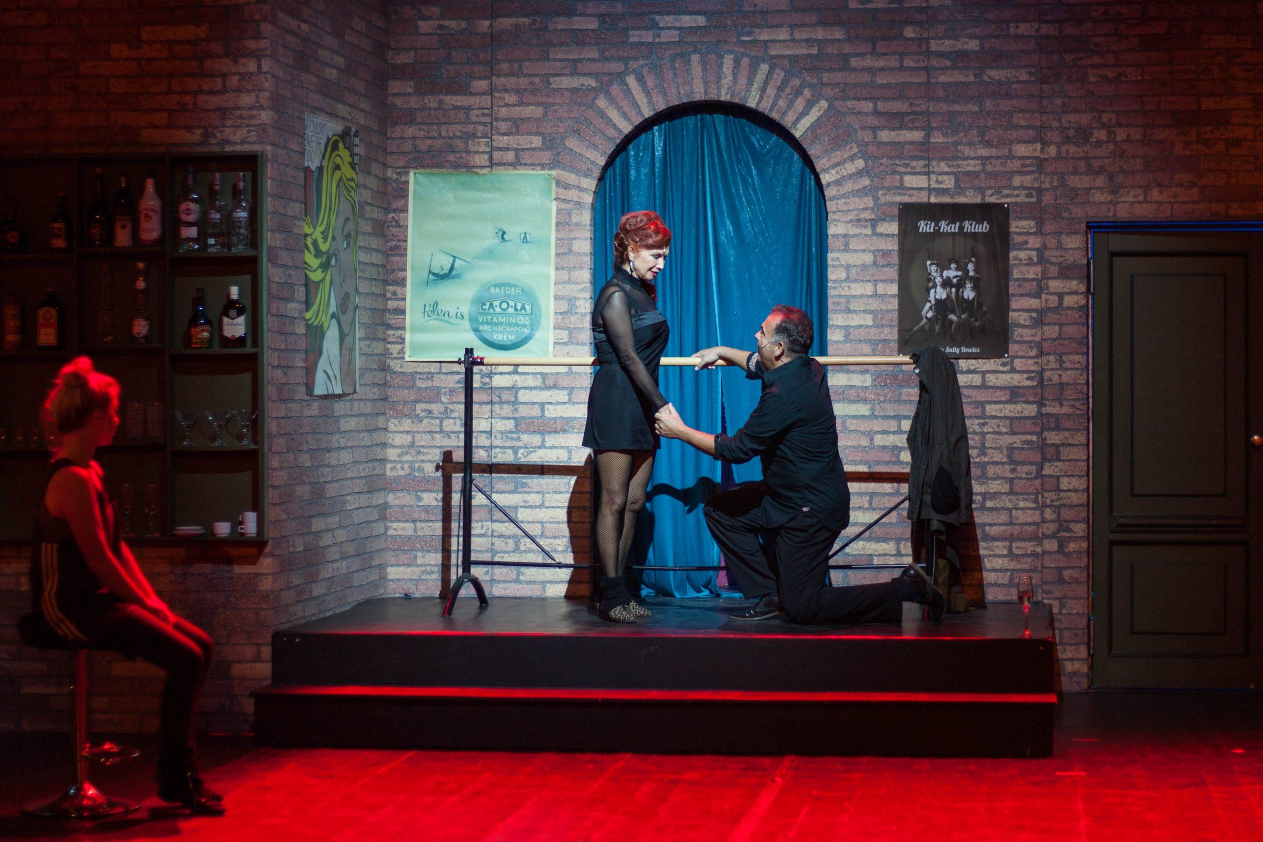 Sztárok a színpadon, nézők a nézőtéren: végül ki ment térden állva kihez?